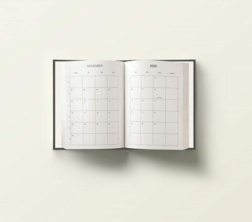 Vår 20/21 Studentplanlegger er den ultimate planlegger for studenter! Den er designet for å gi deg full oversikt over blant annet semesterplan, eksamensoversikt, timeplan, hverdagens to-do´s og mål du har satt deg for hver måned: studier/jobb | reise og livsstil | økonomi | trening og selvpleie. Perfekt størrelse slik at du enkelt kan ta den med deg i vesken! 20/21 Studentplanlegger detaljer. Norsk A5 format Farge: Svart (fås også i Light beige) Hard cover Nydelig gullfolie på forside, bakside og rygg 120 g papir 235 sider Innhold. August 2020 – Juli 2021 Semesterplan for 2020 + 2021 Eksamensoversikt for 2020 + 2021 Timeplan + blanke notatsider hver måned Ukentlig planlegging + ukens middager, trening, gjøremål og notater Månedsoversikt m/ukenummer Mål for måneden Budsjett for måneden Ferieoversikt Merkedager