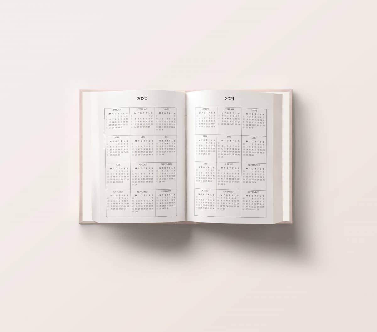 Vår planlegger for 2020er designet for å gi deg oversikt over alle gjøremål, planer og mål du har satt deg: jobb/studier | familie, reise og livsstil| økonomi| trening og selvpleie. Perfekt størrelse slik at du enkelt kan ta den med deg i vesken!