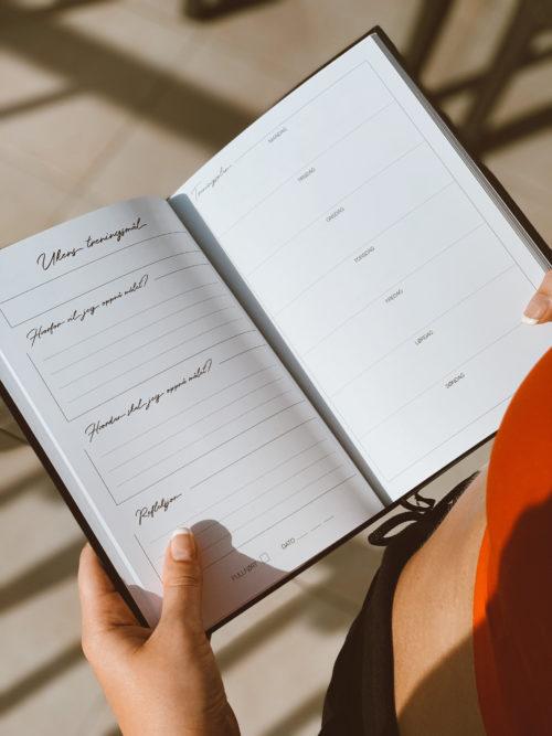 Make space for health and happiness ♥ Vår Trening & Velværeplanlegger er her for å hjelpe deg nå dine mål! Hver uke er delt inn i to seksjoner: velvære og trening! Her får du mulighet til å planlegge måltider, treningsøkter, personlige mål og sette tonen for en positiv og motiverende uke! Etter hver fjerde uke finner du en egen seksjon hvor du får reflektere over ukene som har gått, om du har nådd målene du har satt deg og hva som kan forbedres, samt et eget progresjonsnotat til måling av treningen din. Bli med på 4 måneder med motivasjon og fokus så du kan nå dine personlige mål!