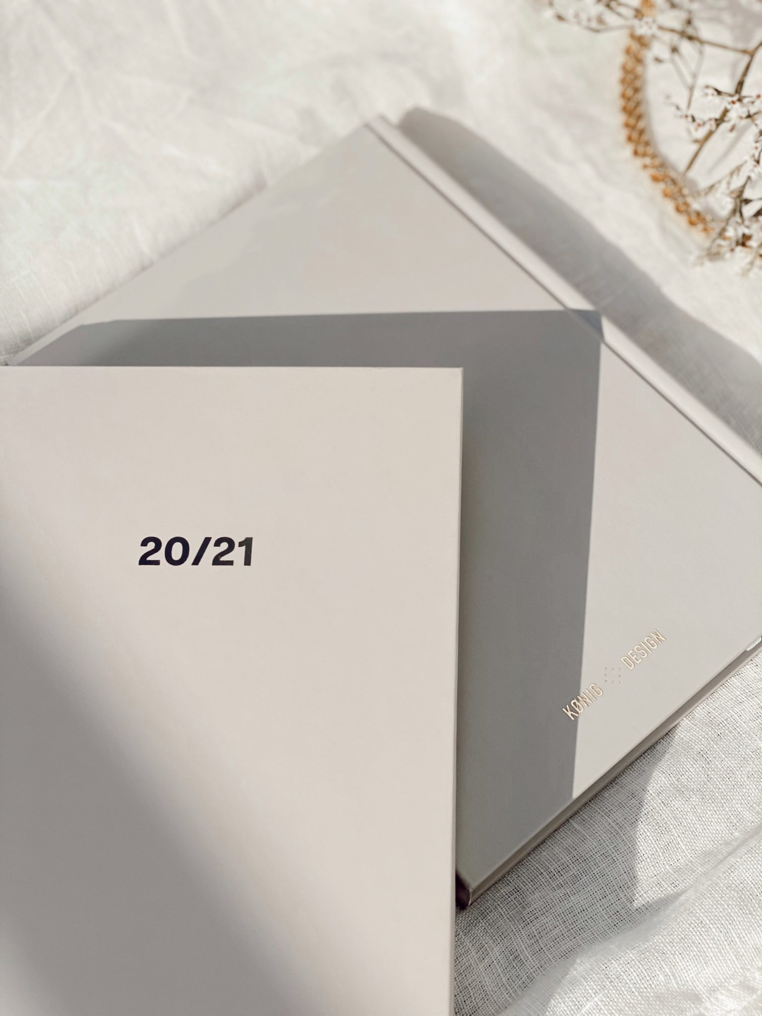 Vår 20/21 Studentplanlegger er den ultimate planlegger for studenter! Den er designet for å gi deg full oversikt med blant annet semesterplan, eksamensoversikt, timeplan, hverdagens to-do´s og mål du har satt deg for hver måned: studier/jobb | reise og livsstil| økonomi| trening og selvpleie. Perfekt størrelse slik at du enkelt kan ta den med deg i vesken! 20/21 Studentplanlegger detaljer. Norsk A5 format Farge: Light beige (fås også i svart) Hard cover Nydelig gullfolie på forside, bakside og rygg 120 g papir 235 sider Innhold. August 2020 - Juli 2021 Semesterplan for 2020 + 2021 Eksamensoversikt for 2020 + 2021 Timeplan + blanke notatsider hver måned Ukentlig planlegging + ukens middager, trening, gjøremål og notater Månedsoversikt m/ukenummer Mål for måneden Budsjett for måneden Ferieoversikt Merkedager