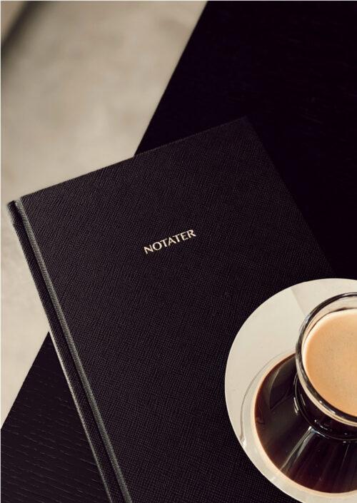 Notatboken er et must-have produkt i hverdagen for å ta notater, planlegge eller være kreativ! Den er designet i et lekkert vegansk saffiano skinncover som gjør den tidløs og eksklusiv. Perfekt størrelse slik at du enkelt kan ta den med i vesken!