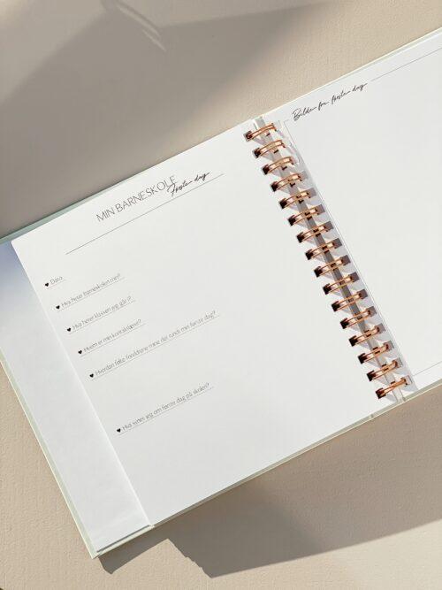 Fra småbarnstiden helt frem til skolestart (1-6 år)! Vår fine barnebok er oppfølgeren til Min babybok. Den er laget for å ta vare på alle minnene fra småbarnstiden og helt frem til skolestart. Det er så mange stunder, minner og øyeblikk man gjerne vil se tilbake på! Vi har samlet alt i vår barnebok - med masse plass til notering, bilder og mulighet til å personalisere slik du/dere ønsker!