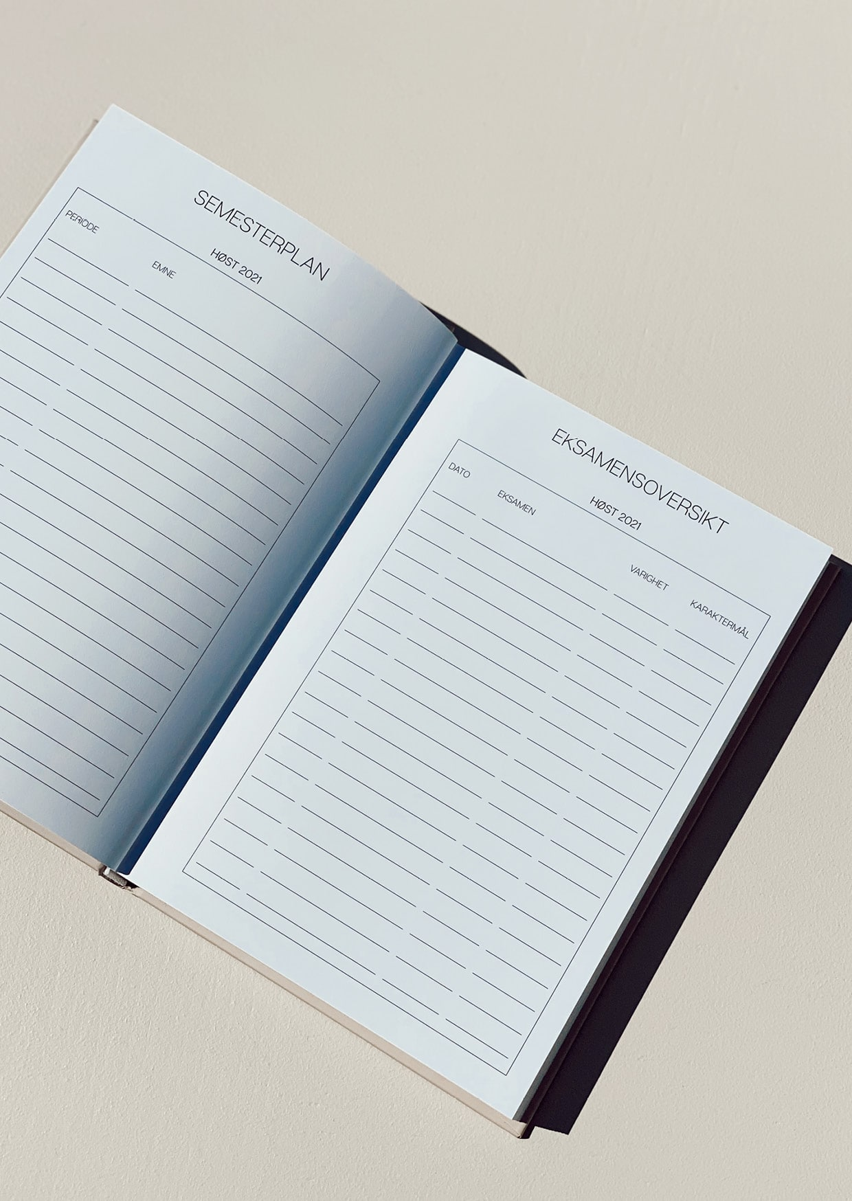 Vår 21/22 Studentplanlegger er den ultimate planlegger for studenter! Den er designet for å gi deg full oversikt over blant annet semesterplan, eksamensoversikt, timeplan, månedsbudsjett, hverdagens to-do´s og mål du har satt deg for hver måned: studier/jobb | reise og livsstil | økonomi | trening og selvpleie. Perfekt størrelse slik at du enkelt kan ta den med deg i vesken! 21/22 Studentplanlegger detaljer. Norsk A5 format Farge: Espresso (fås også i Sand og Lavendel) Hard cover Nydelig gullfolie på forside, bakside og rygg 120 g papir 235 sider Lesebånd for markering av side Innhold. August 2021 - Juli 2022 Semesterplan for 2021 + 2022 Eksamensoversikt for 2021 + 2022 Timeplan + blanke notatsider hver måned Ukentlig planlegging + ukens middager, trening, gjøremål og notater Månedsoversikt m/ukenummer Mål for måneden Budsjett for måneden Ferieoversikt Merkedager